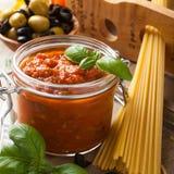 Tarro de cristal con la salsa para pasta hecha en casa del tomate Foto de archivo libre de regalías