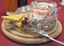 Tarro de cristal con los salmones y las tostadas salados Fotografía de archivo libre de regalías