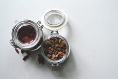 Tarro de cristal de la abrazadera abierta de la tapa con los granos Imagen de archivo