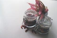Tarro de cristal de la abrazadera con los granos Foto de archivo libre de regalías