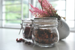 Tarro de cristal de la abrazadera con los granos Imagen de archivo libre de regalías