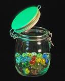 Tarro de cristal de mármoles coloreados Foto de archivo
