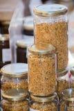 Tarro de cristal del polen en el mercado Imágenes de archivo libres de regalías