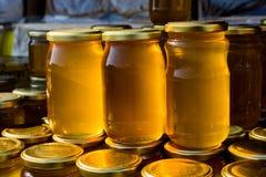 Tarro de cristal del sistema de la miel con el primer de la tapa Fotos de archivo