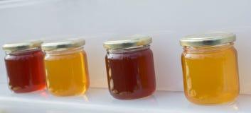 Tarro de cristal del sistema de la miel con el primer de la tapa Fotografía de archivo