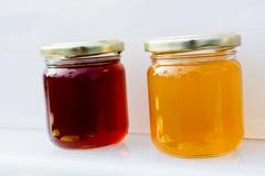 Tarro de cristal del sistema de la miel con el primer de la tapa Fotos de archivo libres de regalías