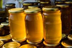 Tarro de cristal del sistema de la miel con el primer de la tapa Foto de archivo