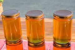 Tarro de cristal del sistema de la miel con el primer de la tapa Imagen de archivo
