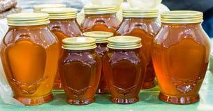 Tarro de cristal del sistema de la miel con el primer de la tapa Imagenes de archivo