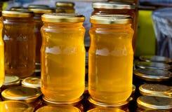 Tarro de cristal del sistema de la miel con el primer de la tapa Imágenes de archivo libres de regalías