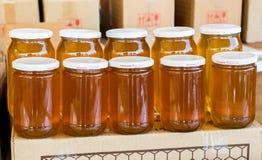 Tarro de cristal del sistema de la miel con el primer de la tapa Imagen de archivo libre de regalías