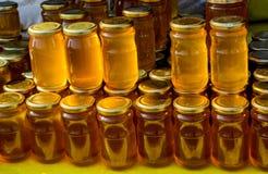 Tarro de cristal del sistema de la miel con el primer de la tapa Fotografía de archivo libre de regalías