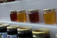 Tarro de cristal del sistema de la miel con el primer de la tapa Foto de archivo libre de regalías