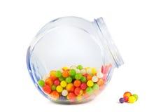 Tarro de cristal llenado de diversos caramelos coloridos Foto de archivo libre de regalías