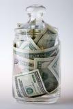 Tarro de cristal por completo de dinero Foto de archivo libre de regalías