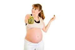 Tarro de la explotación agrícola de la mujer embarazada de pepinos a disposición Imagen de archivo