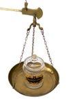 Tarro de la marijuana en una escala de cobre amarillo que pesa la cacerola fotos de archivo libres de regalías