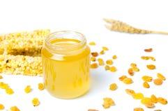 Tarro de la miel con la barra del postre de la fruta del maíz aislada Fotos de archivo libres de regalías