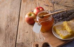 Tarro de la miel con el cazo Foto de archivo
