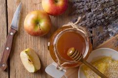 Tarro de la miel con el cazo Imágenes de archivo libres de regalías