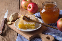 Tarro de la miel con el cazo Imagen de archivo libre de regalías