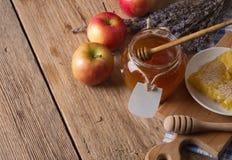 Tarro de la miel con el cazo Imagen de archivo