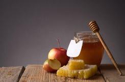 Tarro de la miel con el cazo Fotos de archivo libres de regalías