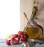 Tarro de la miel con las manzanas y día de fiesta del hebreo de Rosh Hashana de la granada Foto de archivo libre de regalías
