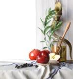 Tarro de la miel con las manzanas y el día de fiesta religioso hebreo de Rosh Hashana de la granada Imágenes de archivo libres de regalías