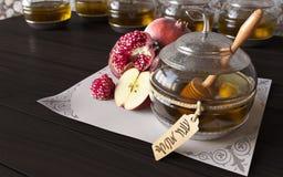 Tarro de la miel con las manzanas y la granada para judío imagenes de archivo