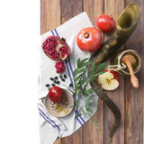 Tarro de la miel con las manzanas y la granada para Rosh Hashana Foto de archivo