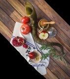 Tarro de la miel con las manzanas y la granada para Rosh Hashana Foto de archivo libre de regalías