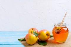 Tarro de la miel con y espacio de la copia de las manzanas Imagenes de archivo