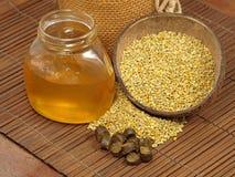 Tarro de la miel, polen de las flores y propóleos. Fotografía de archivo libre de regalías