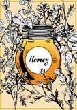 Tarro de la miel rodeado con las hierbas y las flores Fotografía de archivo