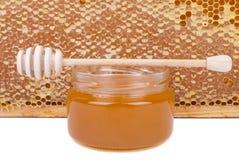 Tarro de la miel y de la cuchara de madera Imagen de archivo