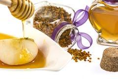 Tarro de la miel y del polen con la miel del goteo Imagen de archivo libre de regalías