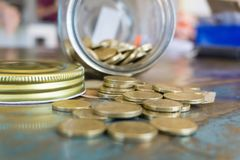 Tarro de los ahorros con las monedas y el billete de banco imagenes de archivo