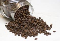 Tarro de los granos de café. Fotos de archivo
