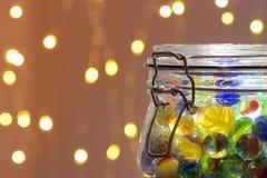 Tarro de luces de los mármoles y de la Navidad fotos de archivo libres de regalías