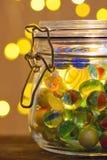 Tarro de luces de los mármoles y de la Navidad foto de archivo libre de regalías