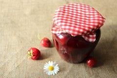 Tarro de mermelada de fresa con las fresas Fotos de archivo