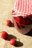 Tarro de mermelada de fresa con las fresas Fotografía de archivo