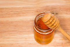Tarro de miel con Honey Dipper Imagen de archivo