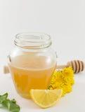 Tarro de miel, de diente de león amarillo y de limones Imagen de archivo libre de regalías