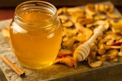 tarro de miel del tilo con el drizzler, canela, manzanas en fondo de madera Imágenes de archivo libres de regalías