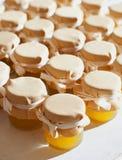Tarro de miel en el atasco blanco de la tabla Imagen de archivo