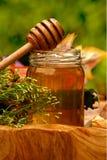 Tarro de miel fresca Fotos de archivo