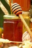 Tarro de miel fresca Imagen de archivo