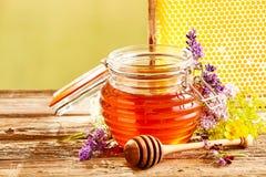 Tarro de miel fresca con los wildflowers clasificados Fotografía de archivo libre de regalías